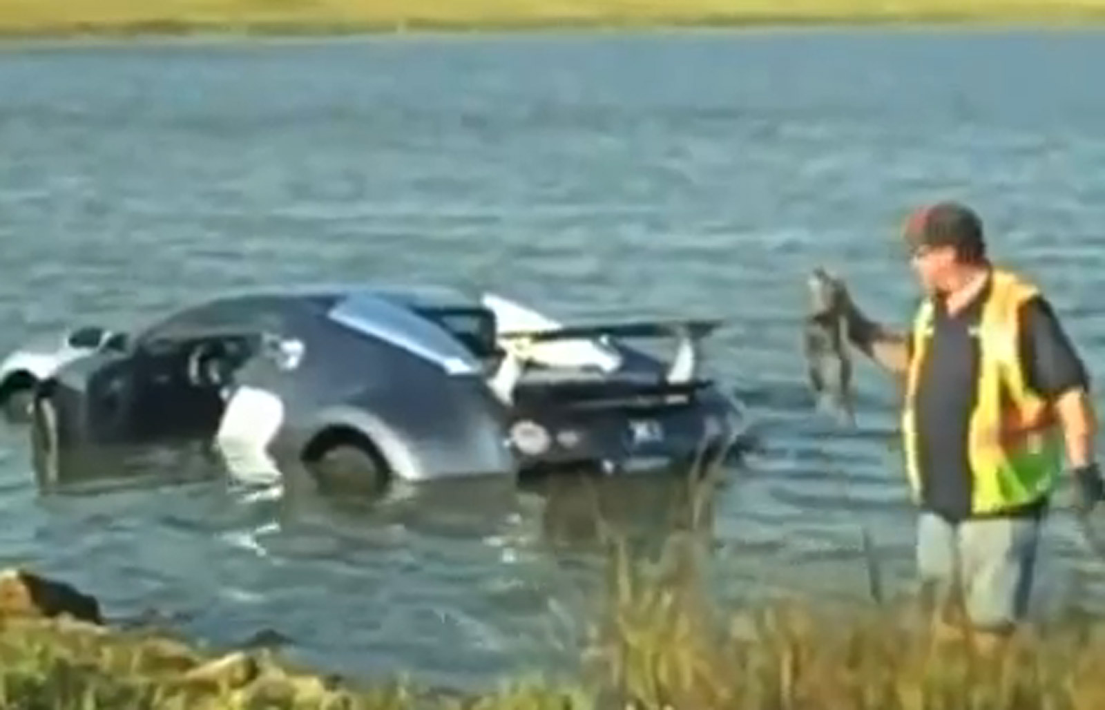 Bugatti veyron crash in lake - photo#1