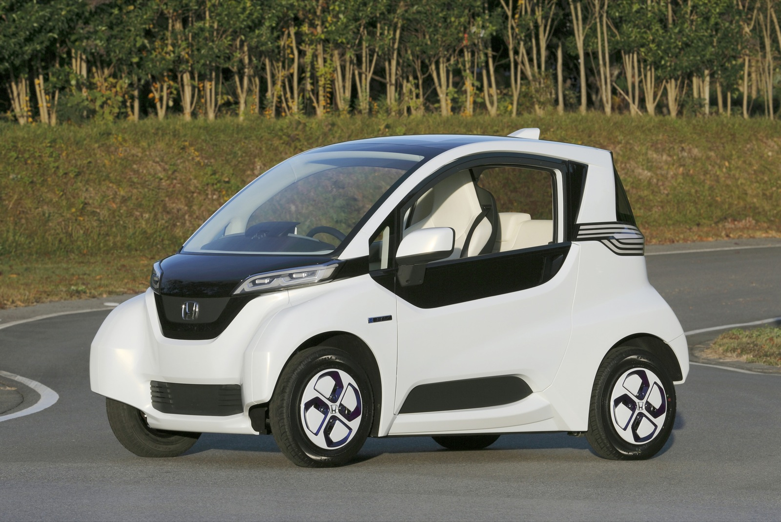 honda micro commuter an innovative electric car too small for the u s. Black Bedroom Furniture Sets. Home Design Ideas