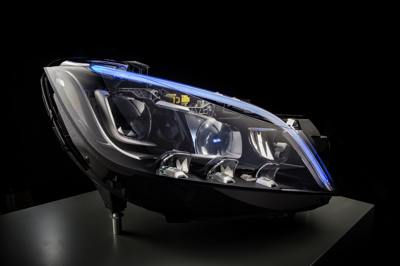 A Mercedes-Benz inova mais uma vez - faróis Multibeam Led Mercedes-benz-multibeam-led-headlight-technology_100489801_h