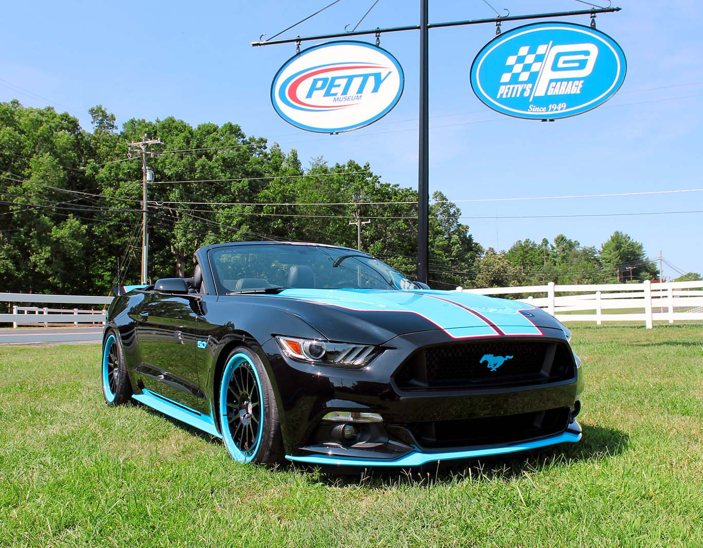 New petty 39 s garage mustang gt king edition boasts up to 727 hp for Garage gt auto