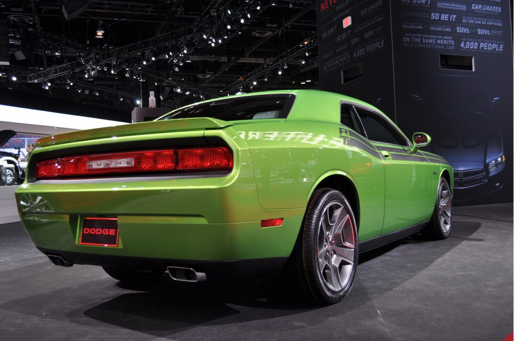 2011 dodge challenger r t green with envy live photos 2011 chicago auto show. Black Bedroom Furniture Sets. Home Design Ideas