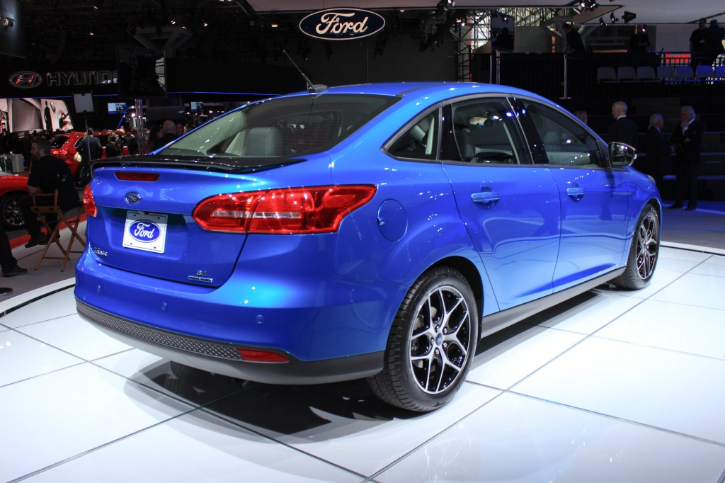 2015 ford focus sedan debuts at 2014 new york auto show live photos. Black Bedroom Furniture Sets. Home Design Ideas