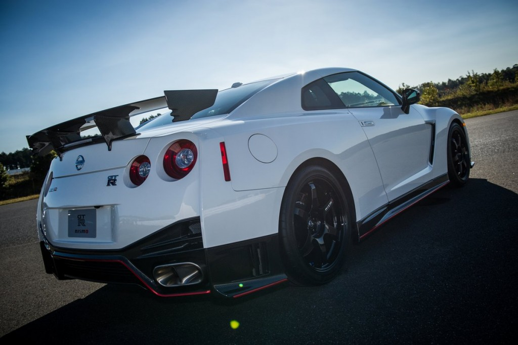 video 2015 nissan gt r nismo priced from 151585 2015 nissan gt r. Black Bedroom Furniture Sets. Home Design Ideas