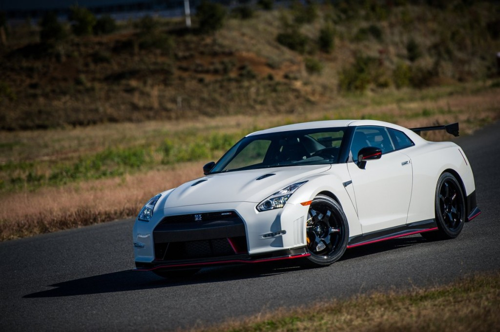 2015 nissan gt r nismo hits the track video. Black Bedroom Furniture Sets. Home Design Ideas