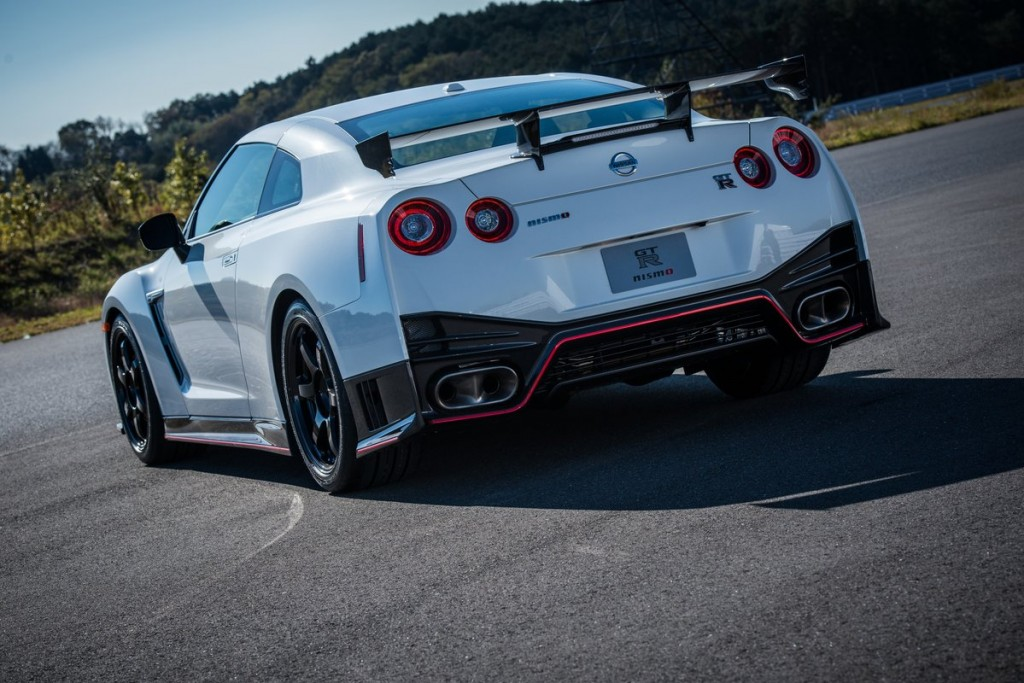 2015 nissan gt r nismo and gt r premium first drive. Black Bedroom Furniture Sets. Home Design Ideas