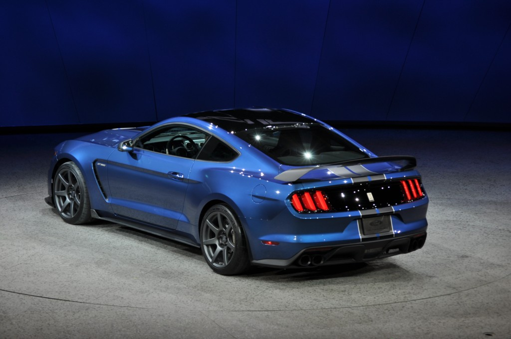 2016 ford mustang shelby gt350r is a track honed hooligan. Black Bedroom Furniture Sets. Home Design Ideas