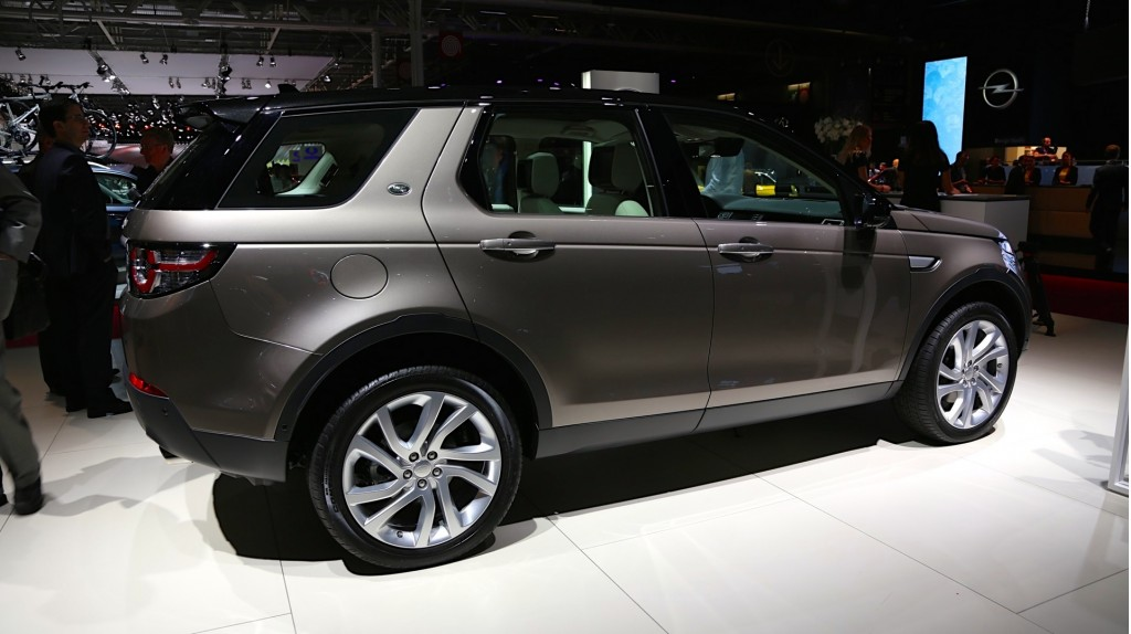 first 2015 land rover discovery sport rolls off the line video. Black Bedroom Furniture Sets. Home Design Ideas