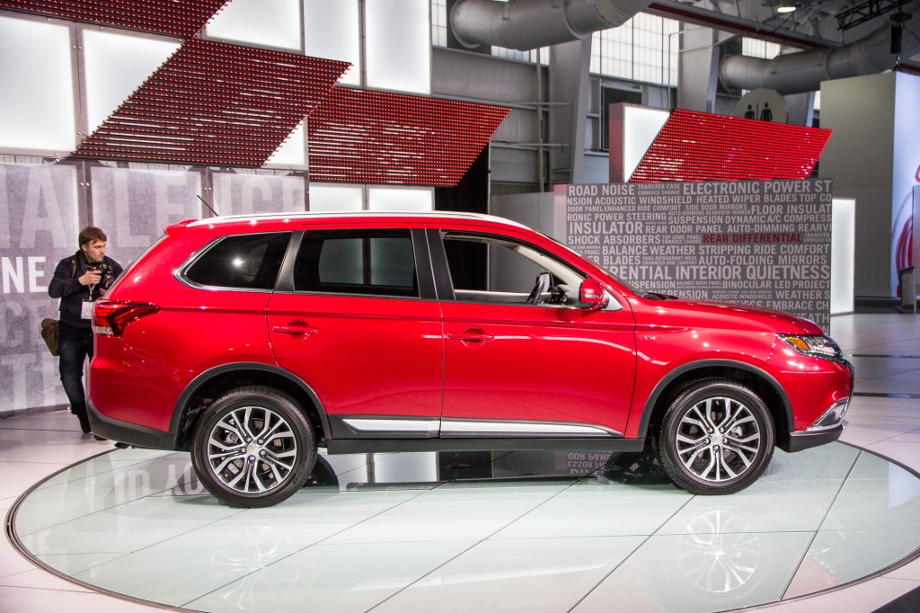 2016 mitsubishi outlander brings sporty new look to new york auto show. Black Bedroom Furniture Sets. Home Design Ideas