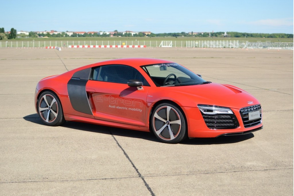 audi r8 e tron track drive berlin tempelhof airport. Black Bedroom Furniture Sets. Home Design Ideas