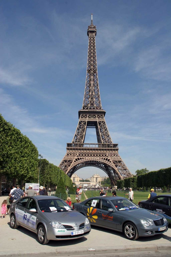 Mercedes Eiffel Tower : Image eiffel tower and green cars size type