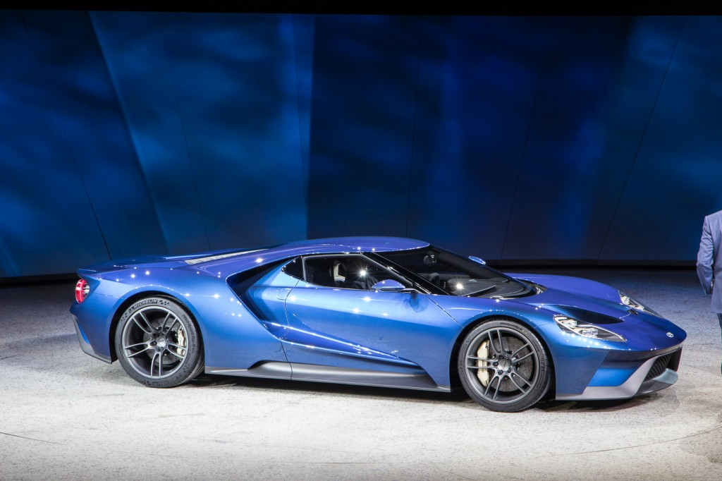 new ford gt supercar revealed at 2015 detroit auto show video. Black Bedroom Furniture Sets. Home Design Ideas