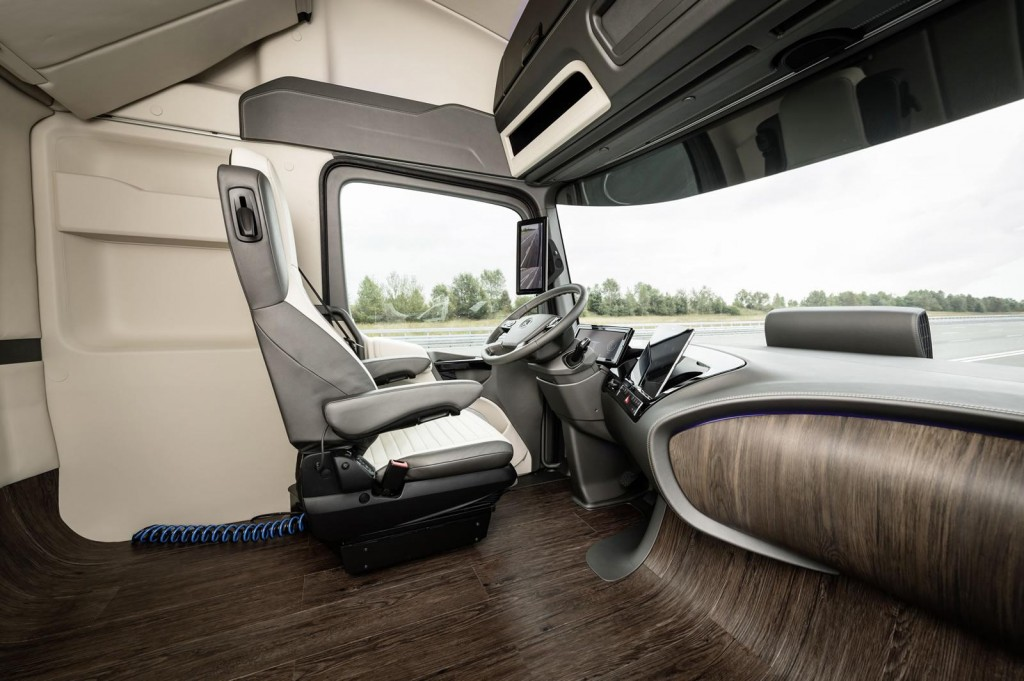 Meet mercedes benz 39 s futuristic autonomous truck concept for L interieur trailer