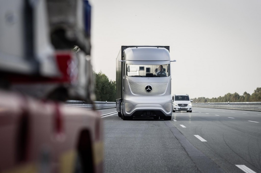 Meet mercedes benz 39 s futuristic autonomous truck concept for Mercedes benz commercial trucks