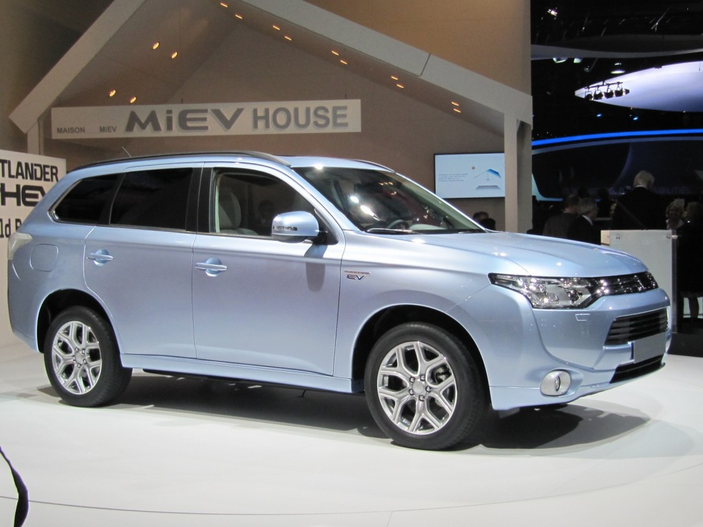 mitsubishi outlander plug in hybrid suv now delayed til 2015 in u s. Black Bedroom Furniture Sets. Home Design Ideas