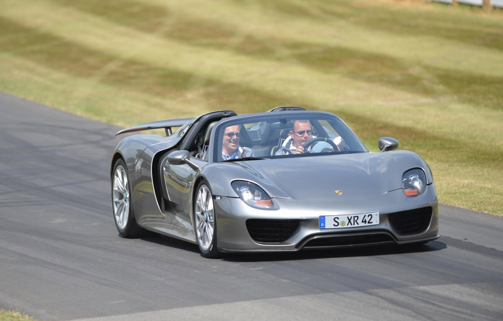 porsche 918 spyder makes dynamic debut at goodwood video. Black Bedroom Furniture Sets. Home Design Ideas