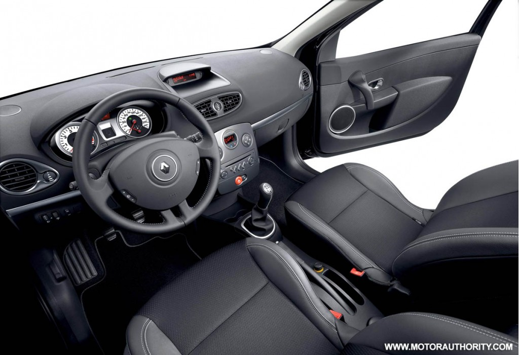 Renault expands small wagon range with clio estate exception Interieur clio 4