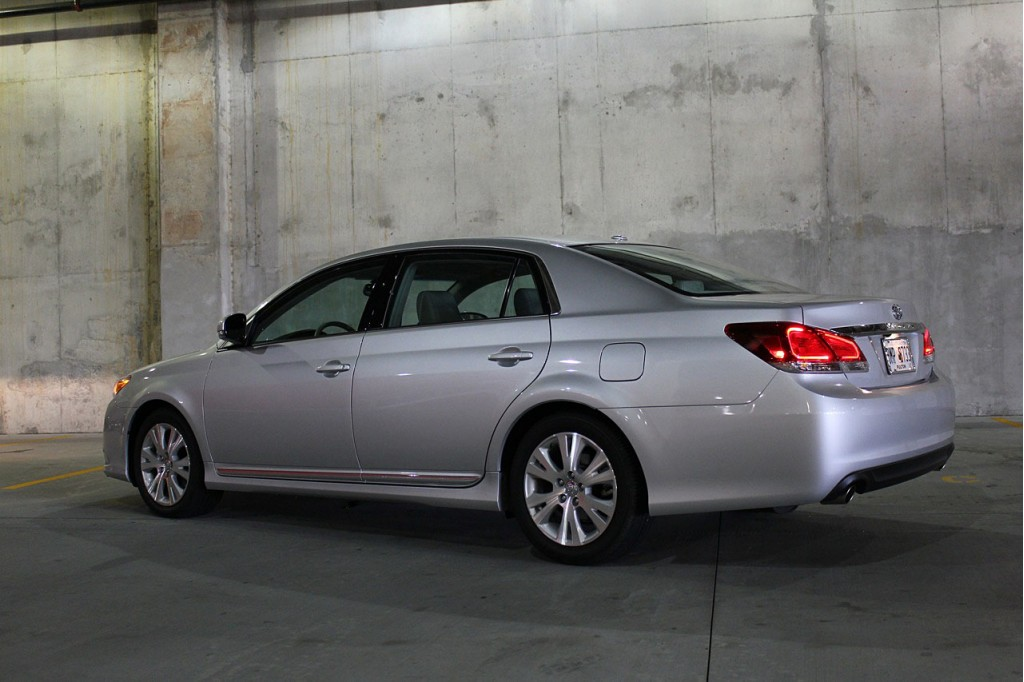 2012 toyota avalon pictures photos gallery motorauthority. Black Bedroom Furniture Sets. Home Design Ideas