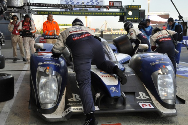 2011 Peugeot 908 dawn pit stop - Anne Proffit photo