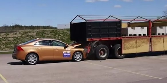 2011 Volvo S60 crashes after collision avoidance system fails #9308445