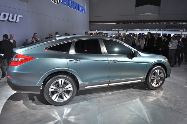 http://images.thecarconnection.com/med/2013-honda-crosstour_100387545_m.jpg