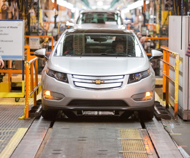 First 2011 Chevrolet Volt built on production tooling at Detroit Hamtramck plant, March 31, 2010 #9526508