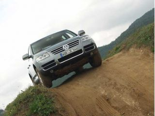 2004 VW Touareg on hill