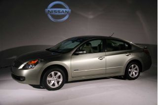 nissan uncovers altima hybrid coupe and se r the car. Black Bedroom Furniture Sets. Home Design Ideas