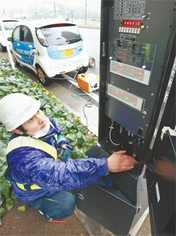 2012 Mitsubishi i Powers Stop Lights in Japan (Photo from www.yomiuri.co.jp)